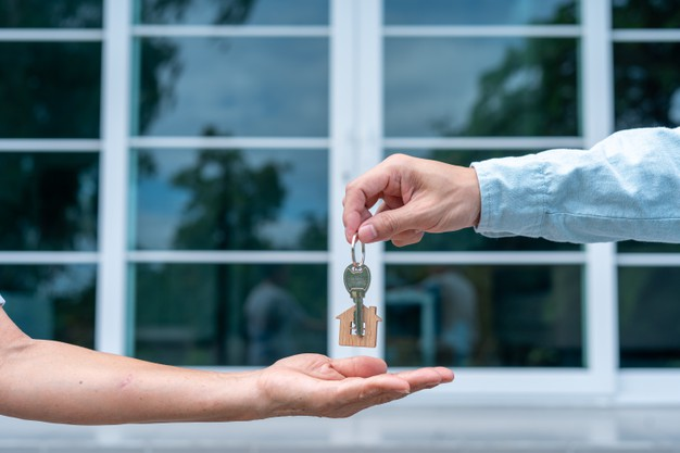 home-buyers-are-taking-home-keys-from-sellers_112699-864