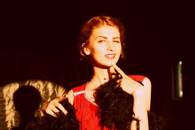 krásná dívka v červeném