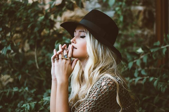 blondýna v černém klobouku