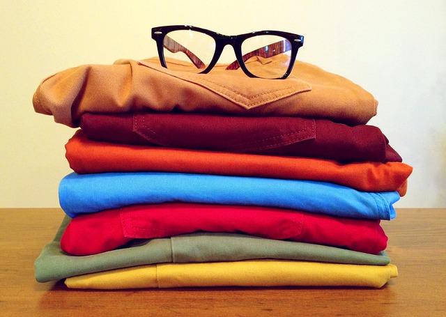 složené oblečení a brýle