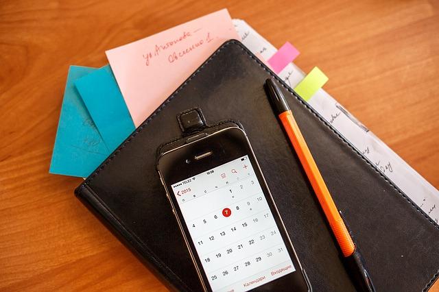 zápisník pod mobilem