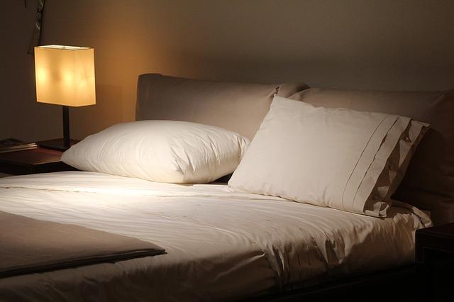 Posteľ s bielou posteľnou bielizňou.jpg