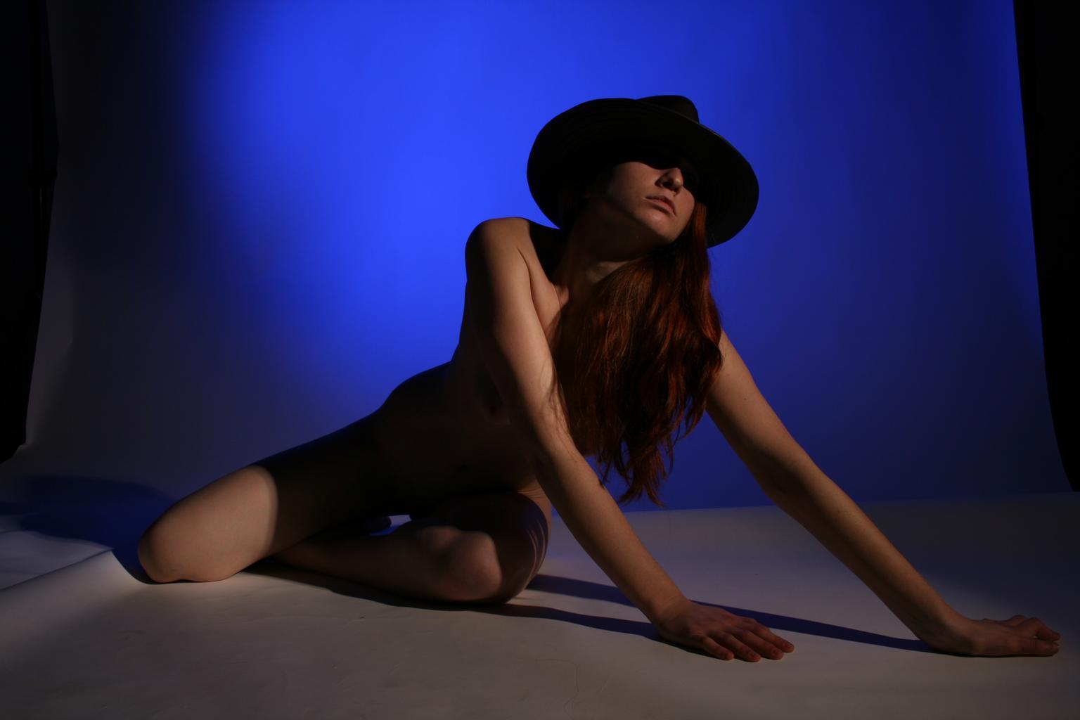 sei modelka s klobúkom